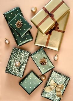 Kerstcadeaus in groen en goud papier