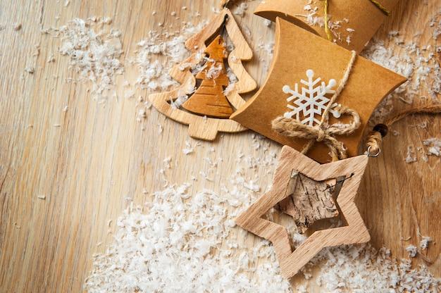 Kerstcadeaus in kraftpapier met zelfgemaakt speelgoed met sneeuw