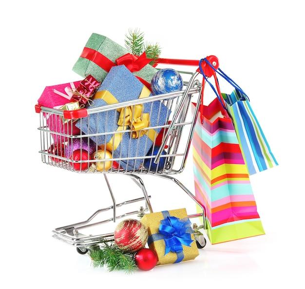 Kerstcadeaus in winkelwagentje, geïsoleerd op wit