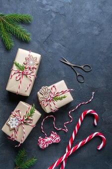 Kerstcadeaus inpakken. aanwezig versierd met natuurlijke onderdelen. plat leggen