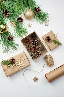 Kerstcadeaus inwikkeling en decoratie met feestelijke pijnboomtakken