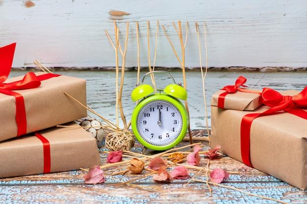 Kerstcadeaus klaar om te openen op eerste kerstdag om 12 uur