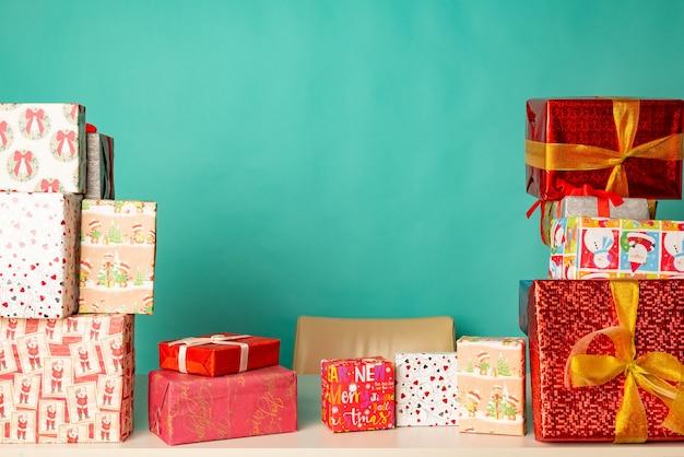 Kerstcadeaus liggen op tafel in het kantoor van de moderne kerstman