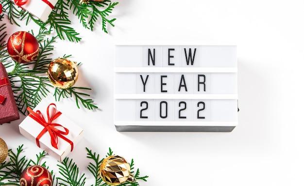 Kerstcadeaus met rood lint op een witte achtergrond. nieuwjaar 2021-concept.