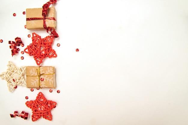 Kerstcadeaus met rood lint op witte tafel achtergrond met copyspace