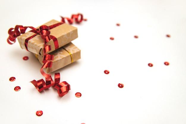 Kerstcadeaus met rood lint op witte tafel