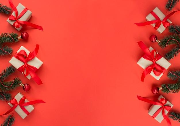 Kerstcadeaus met tiew rode strik op de rode achtergrond. ruimte kopiëren.
