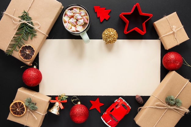 Kerstcadeaus mock-up met decoraties
