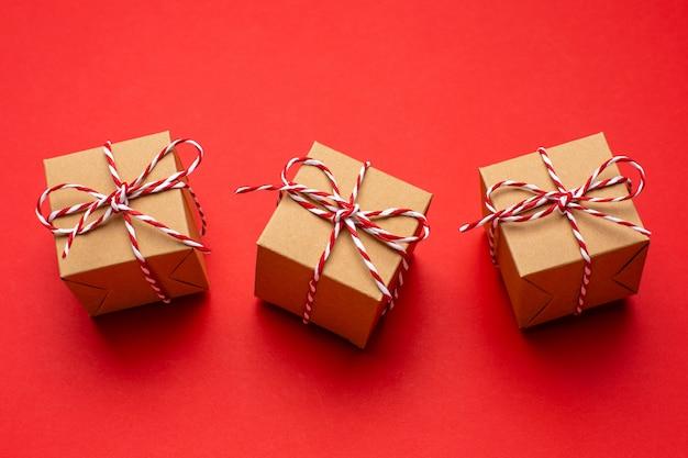 Kerstcadeaus op een gekleurde rode achtergrond.