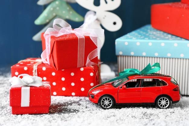Kerstcadeaus op een houten achtergrond in kleur
