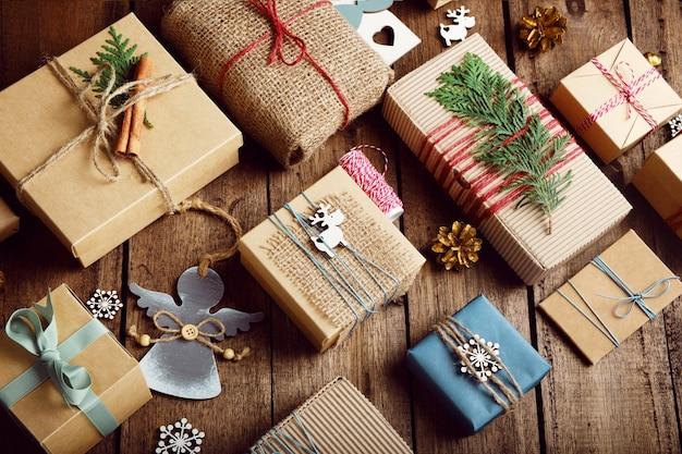 Kerstcadeaus op een houten tafel. vakantie zonder afval.