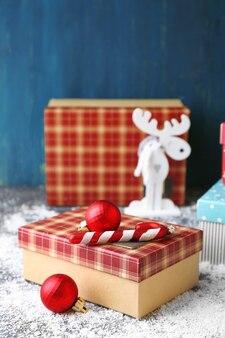 Kerstcadeaus op gekleurd houten oppervlak