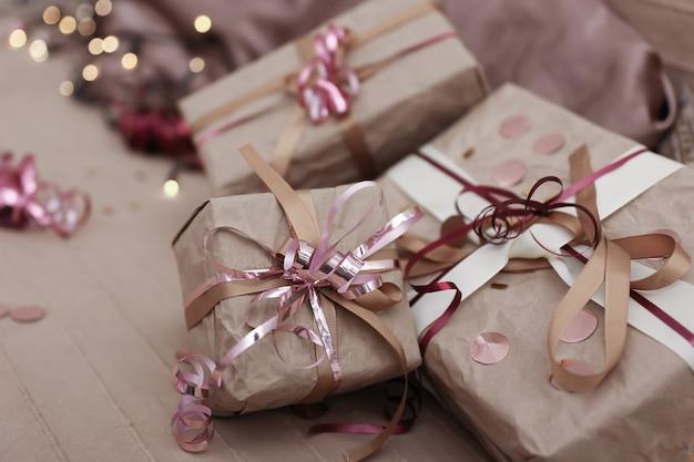 Kerstcadeaus op het bed tussen de kussens, concept voor het inpakken van kerstcadeaus.