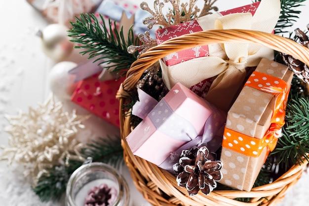 Kerstcadeaus op houten achtergrond.