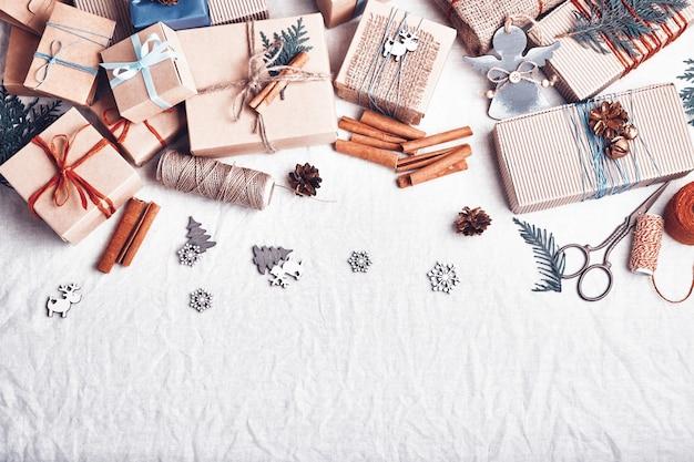 Kerstcadeaus op witte verfrommelde stof. ecologische verpakking. vakantie zonder afval.