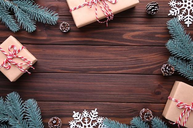 Kerstcadeaus presenteert met decoraties op een bruine achtergrond.