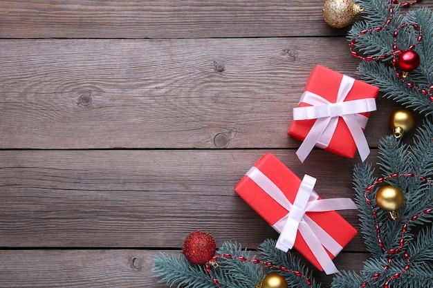 Kerstcadeaus presenteert met decoraties op een grijze achtergrond.