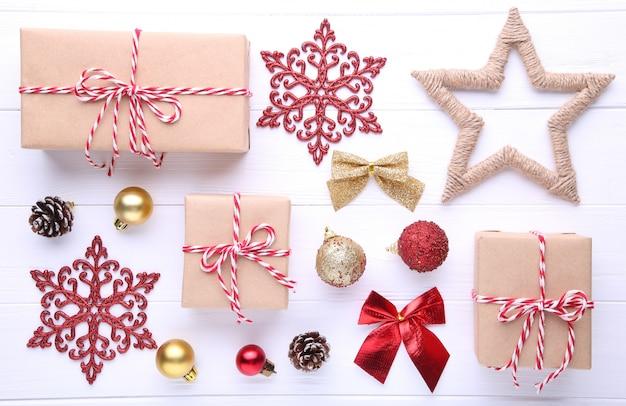 Kerstcadeaus presenteert met decoraties op een witte achtergrond
