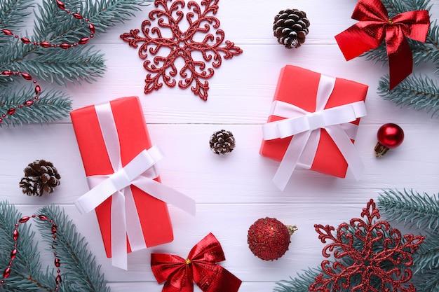 Kerstcadeaus presenteert met decoraties op een witte achtergrond.
