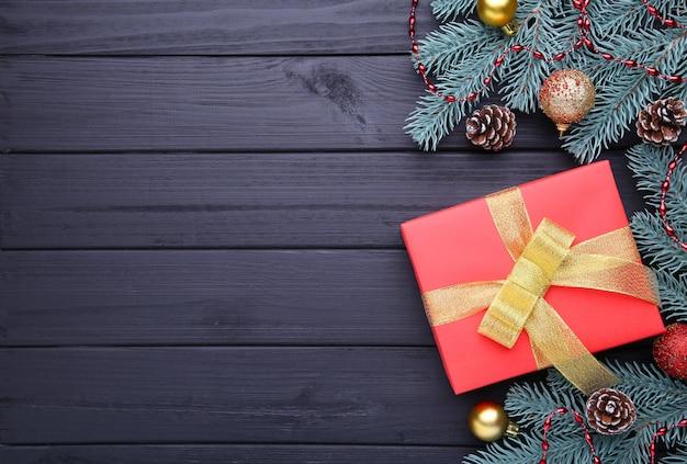 Kerstcadeaus presenteert met decoraties op een zwarte achtergrond.