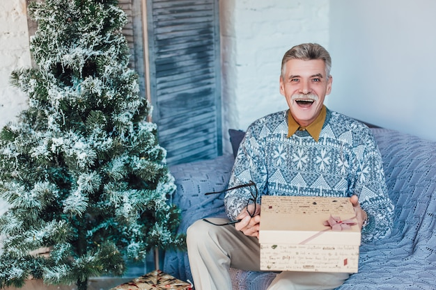 Kerstcadeaus ruilen grootvader thuis