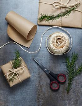 Kerstcadeaus verpakt in ambachtelijk papier