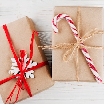 Kerstcadeaus verpakt in kraftpapier