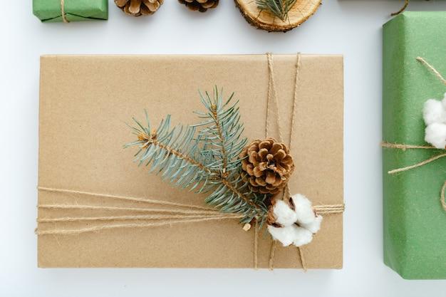 Kerstcadeaus versierd met dennentakken eco-stijl