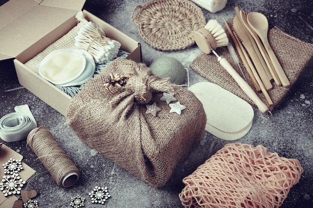 Kerstcadeaus zonder afval. milieuvriendelijke producten op tafel.