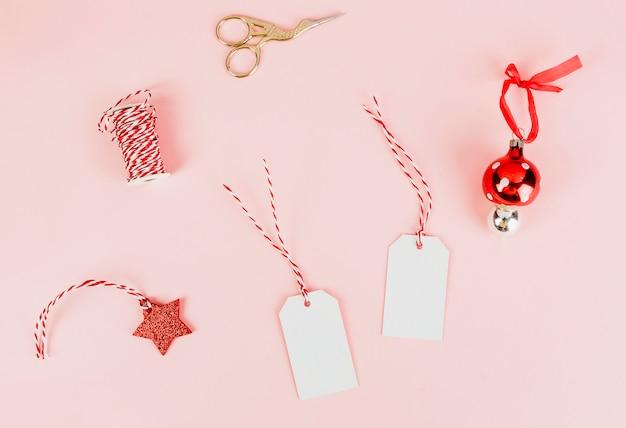 Kerstcadeautags en een kerstbal