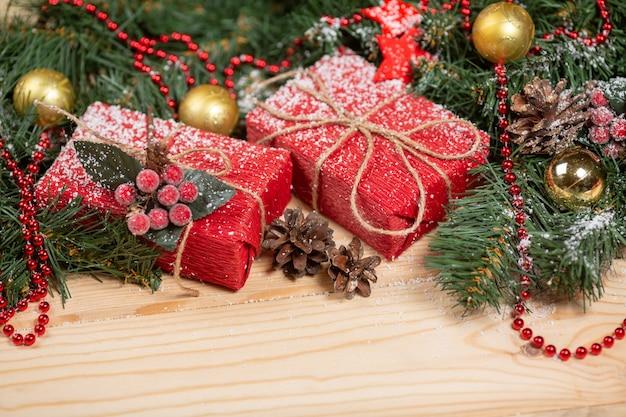 Kerstcadeautjes en decoraties op houten tafel