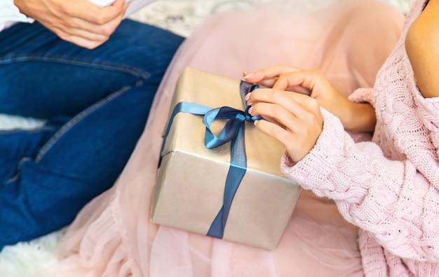 Kerstcadeautjes in de handen van een man en een vrouw. selectieve aandacht. vakantie.