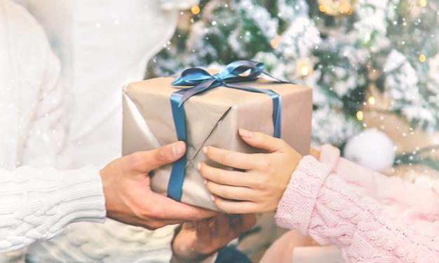 Kerstcadeautjes in de handen van een man en een vrouw. vakantie. selectieve aandacht.