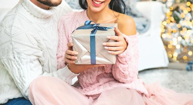 Kerstcadeautjes in handen van een man en een vrouw. selectieve aandacht.