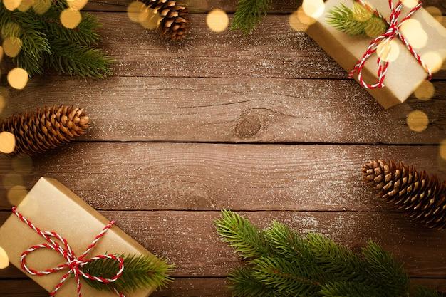Kerstcadeautjes in kraft doos op vintage houten tafel met decoraties