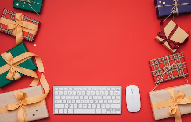 Kerstcadeautjes met kopie ruimte en toetsenbord