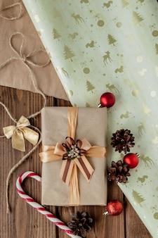 Kerstcadeautjes met lint op donkere houten in vintage stijl