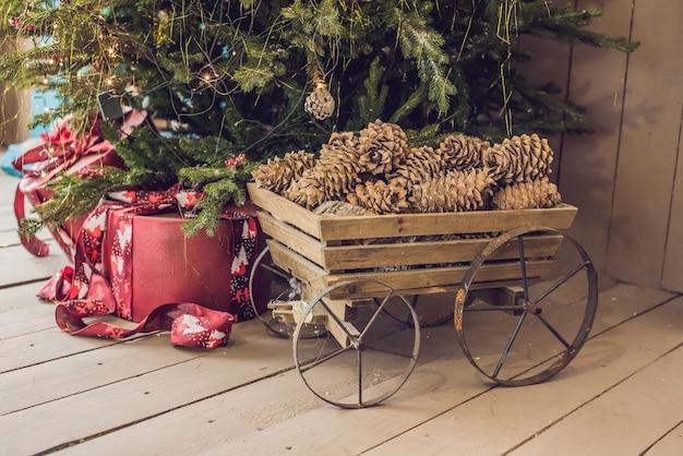 Kerstcadeautjes onder de verlichte kerstboom