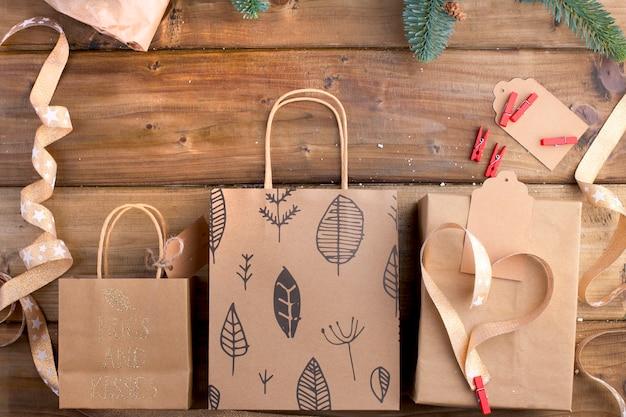Kerstcadeautjes op een bruine houten en takken