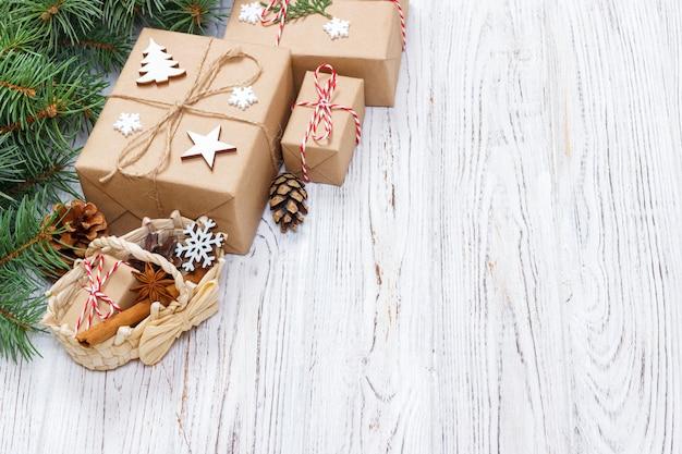 Kerstcadeautjes op houten oppervlak met kerstmand