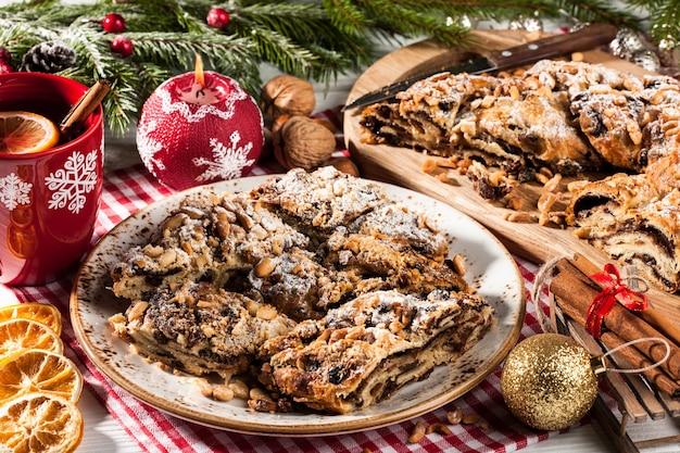 Kerstcake, kerstthee en kerstversieringen op vakantietafel