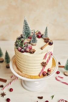 Kerstcake versierd met bomen en snoepstokken