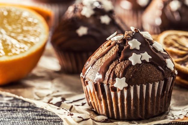 Kerstchocolade heerlijke muffins bestrooid met topping en witte sterren.