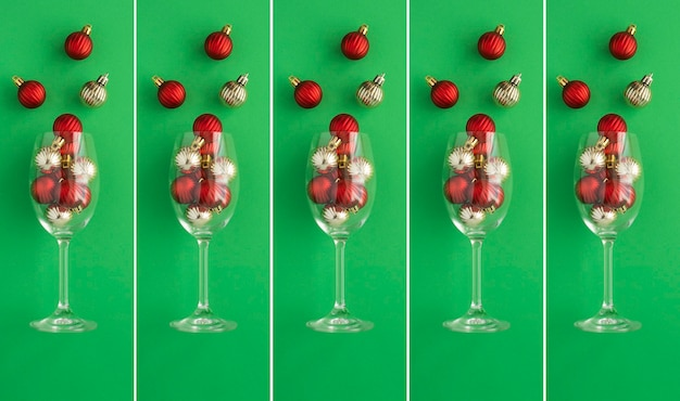 Kerstcollage. wijnglazen met rode en gouden ballen op de groene achtergrond. detailopname.