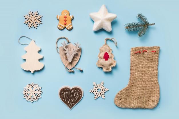 Kerstcollectie met sneeuwvlokken, rendieren, ster, jute laars. sjabloon, ontwerp. plat leggen. uitzicht van boven.
