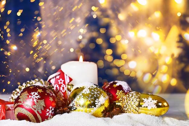 Kerstcompositie close-up van rode balkaarsen banner met heldere intreepupil lights bokeh