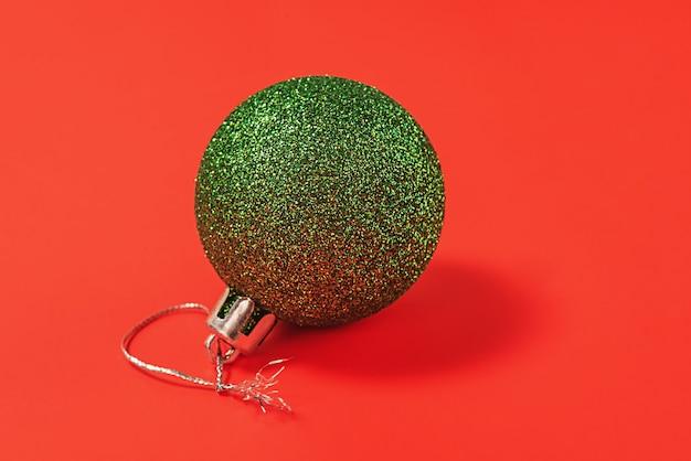 Kerstcompositie in groene en rode kleuren. kerst speelgoed op een rode achtergrond.