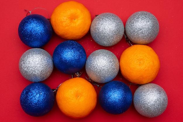 Kerstcompositie kerstballen en mandarijnen. het concept van het nieuwe jaar.