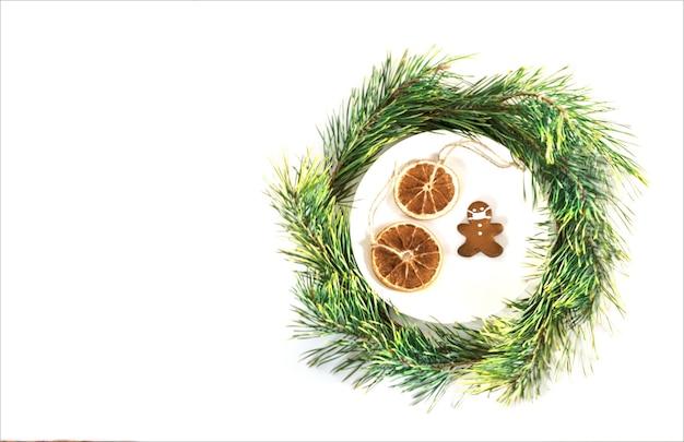 Kerstcompositie koekjes in de vorm van een man met een masker vakantieconcept
