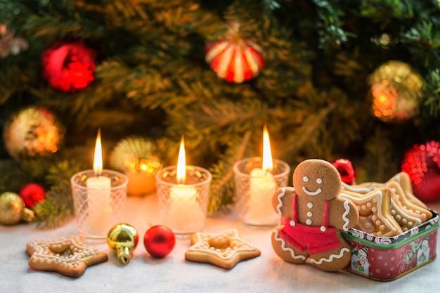 Kerstcompositie met de peperkoekman kaarsen kleine kerstballen zelfgemaakte koekjes